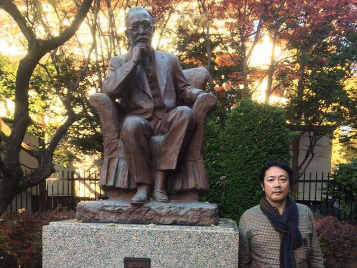 Dr-Tsunenori-Nitobe-with-statue_400x300